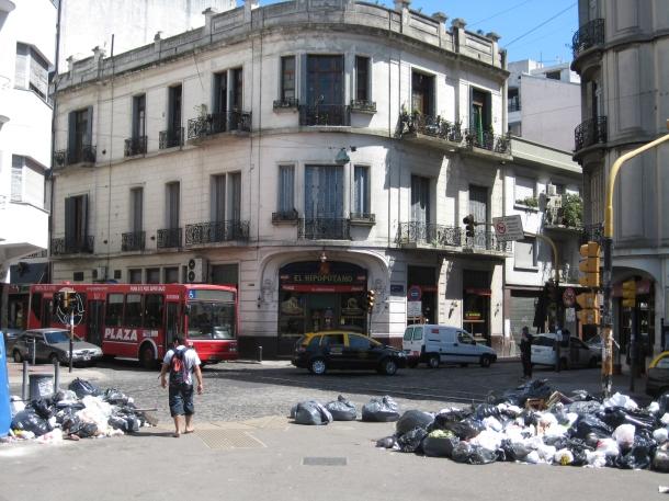 El Hipopotamo with garbage strike in full bloom