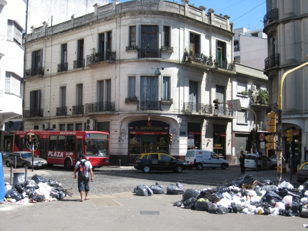 El Hipopotamo with garbage strike in full bloom